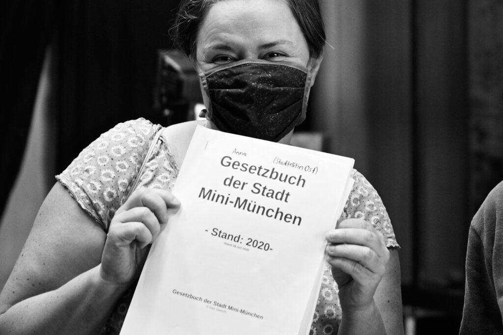 Sanne Kurz Grüne Die Grünen Landtag Bayern mit dem Gesetzbuch der Stadt Mini München Stand 2020