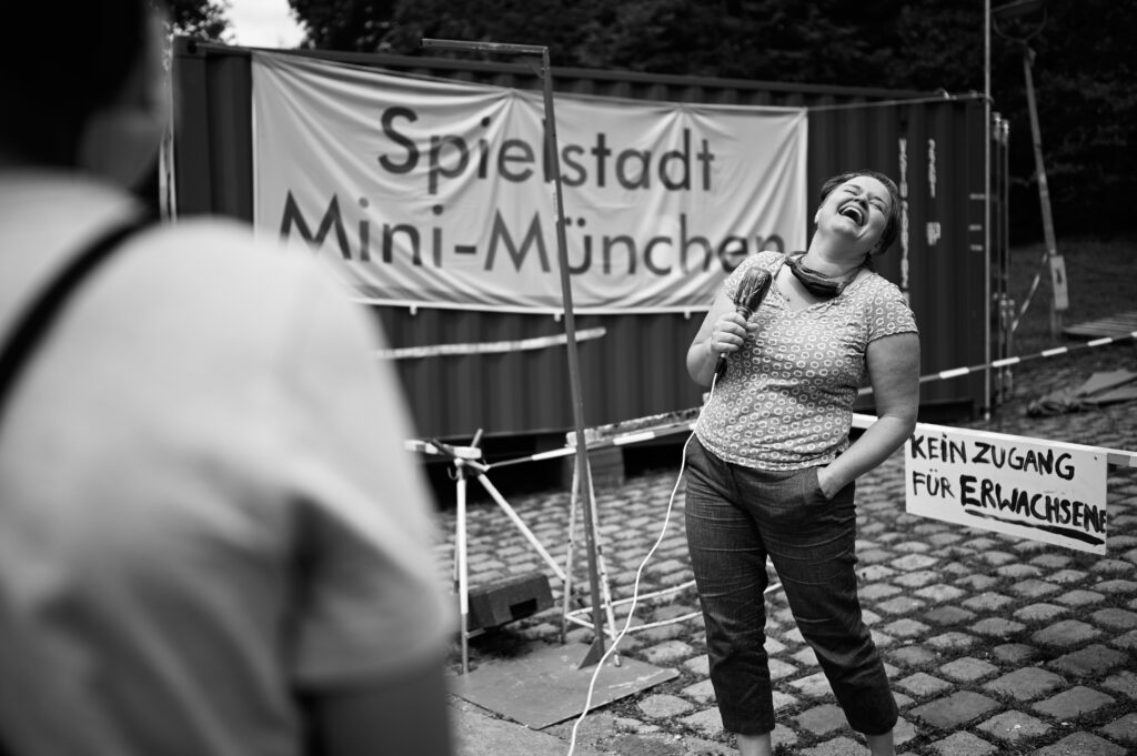 Sanne Kurz Politikerin Landtag Bayern beim TV Interview in Mini München